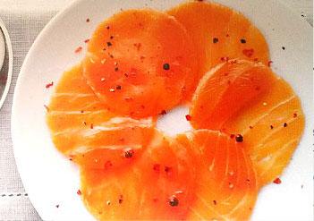 Carpaccio de saumon fumé au radis noir