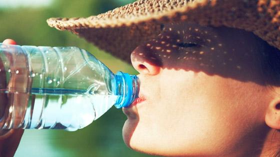 Boire 1 à 1.5 L d'eau par jour pour s'hydrater et favoriser l'élimination