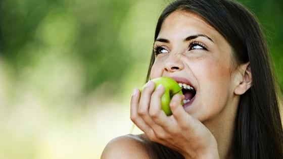 Croquer un fruit : plus de mâche pour plus de satiété