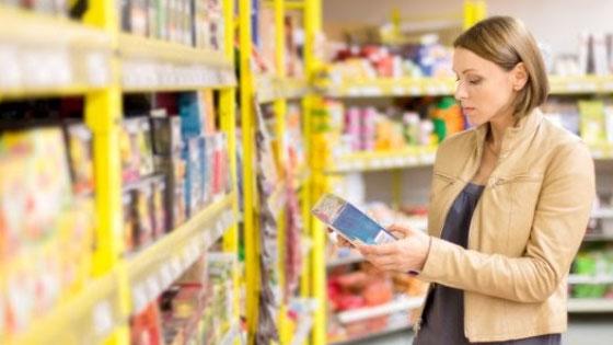 Le bon réflex au moment des courses : lire la composition du produit