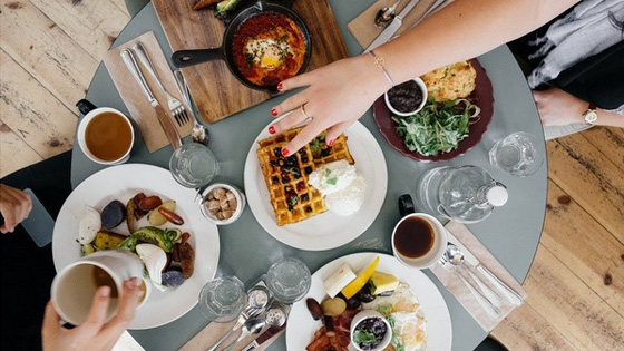 À table, pensez aux petits gestes pour éviter les gros écarts